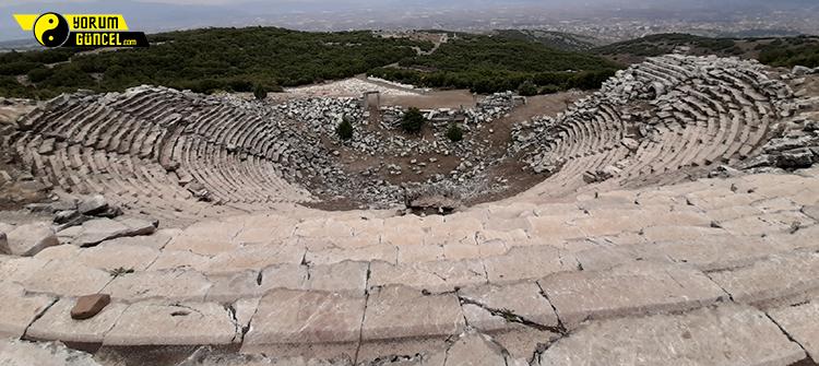 Bu görsel boş bir alt niteliğe sahip; dosya adı kibyra-antik-kenti-atlarin-ve-gladyatorlerin-militarist-sehri-tiyatro1.jpg